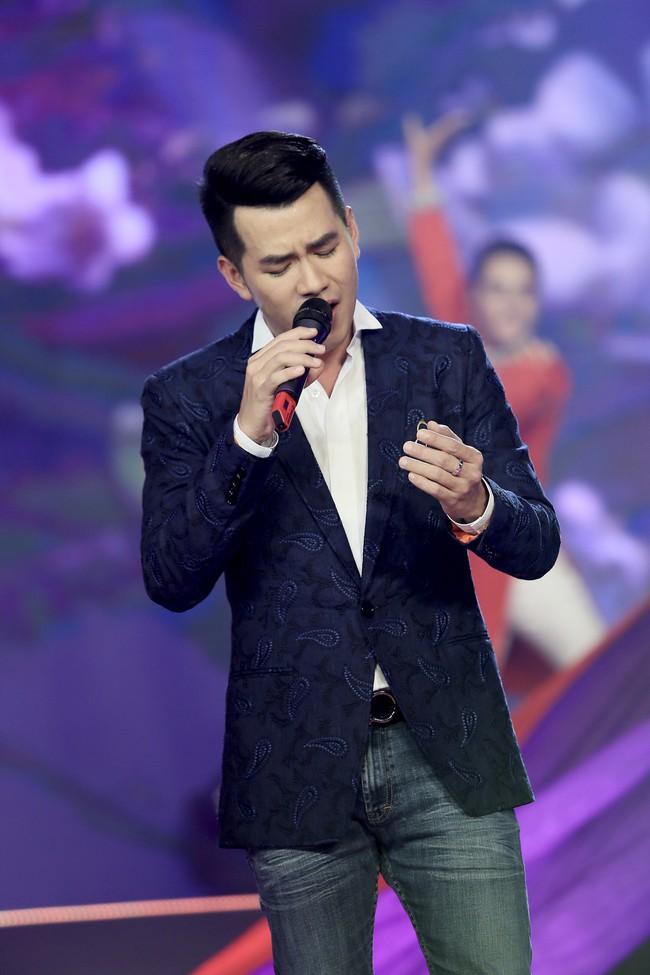 Noo Phước Thịnh đốn tim fan khi diện áo dài hát mừng Xuân mới  - Ảnh 11.