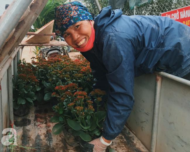 Khung cảnh tấp nập chở Tết về nhà tại chợ cây cảnh Xuân Quan, gây chú ý nhất là loại hoa mới nổi này - Ảnh 1.