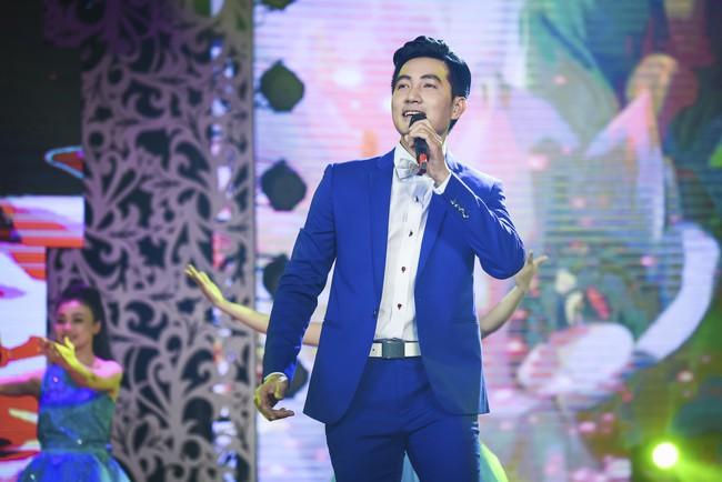 Noo Phước Thịnh đốn tim fan khi diện áo dài hát mừng Xuân mới  - Ảnh 15.