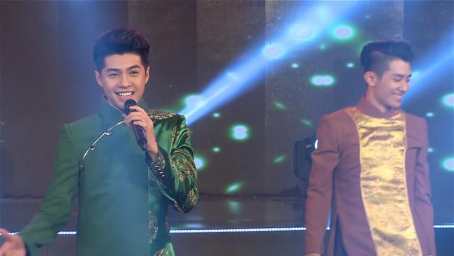 Noo Phước Thịnh đốn tim fan khi diện áo dài hát mừng Xuân mới  - Ảnh 2.