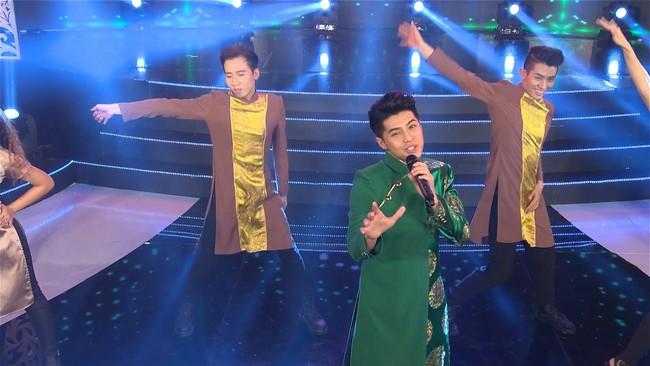 Noo Phước Thịnh đốn tim fan khi diện áo dài hát mừng Xuân mới  - Ảnh 4.