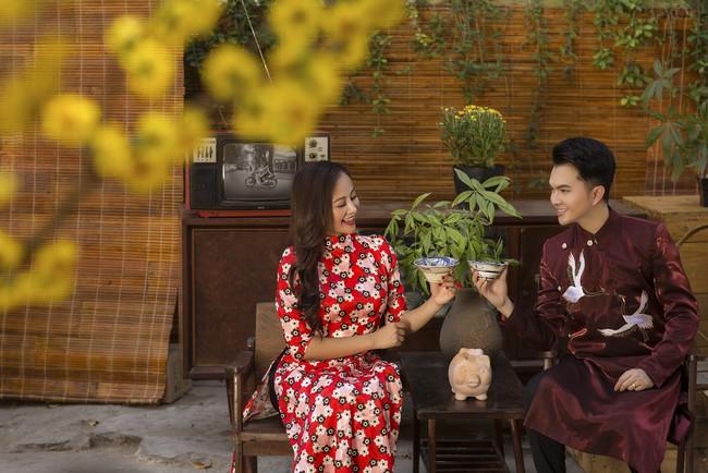 Nam Cường - Hà Thúy Anh diện áo dài đón Tết sớm ở phố ông đồ - Ảnh 1.