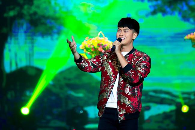 Noo Phước Thịnh đốn tim fan khi diện áo dài hát mừng Xuân mới  - Ảnh 5.
