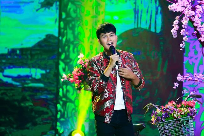 Noo Phước Thịnh đốn tim fan khi diện áo dài hát mừng Xuân mới  - Ảnh 6.