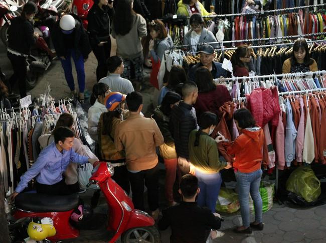 Siêu thị vỉa hè Chùa Bộc tắc nghẽn lúc nửa đêm vì dòng người chen nhau mua sắm - Ảnh 1.