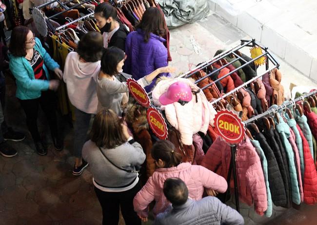 Siêu thị vỉa hè Chùa Bộc tắc nghẽn lúc nửa đêm vì dòng người chen nhau mua sắm - Ảnh 8.