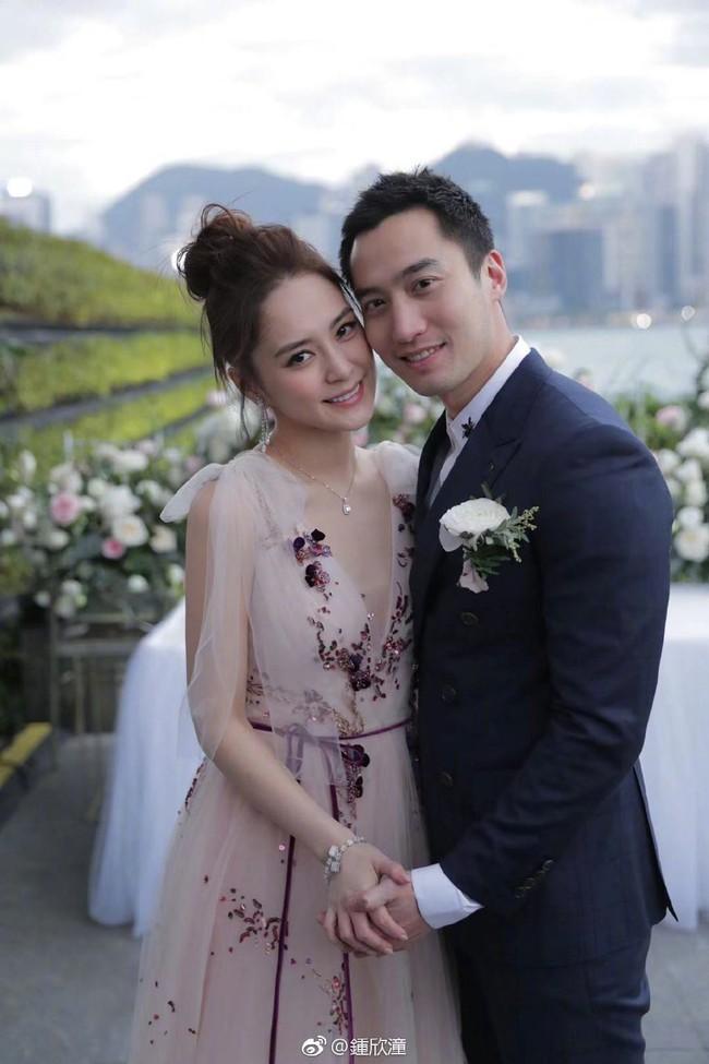 Lần đầu xuất hiện sau đám cưới, Chung Hân Đồng gây chú ý vì điều lạ này - Ảnh 4.