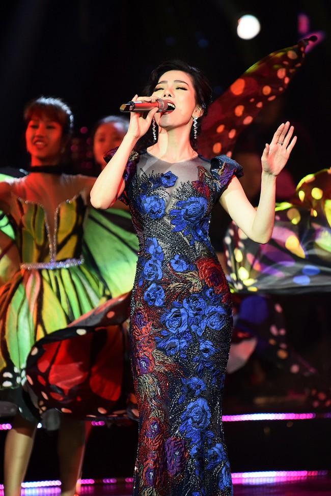 Cô dâu Lệ Quyên e ấp tựa thiếu nữ mới lớn bên Quang Dũng  - Ảnh 7.