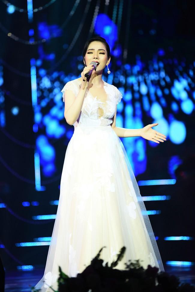 Cô dâu Lệ Quyên e ấp tựa thiếu nữ mới lớn bên Quang Dũng  - Ảnh 9.