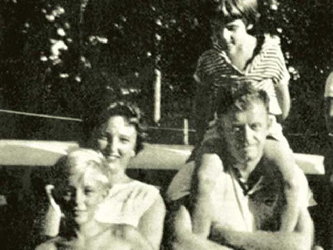 Bức ảnh đứa trẻ mồ côi lênh đênh trên biển hé lộ vụ thảm sát gia đình 4 người đáng sợ, chuyến nghỉ dưỡng hóa bi kịch sau 1 đêm - Ảnh 2.
