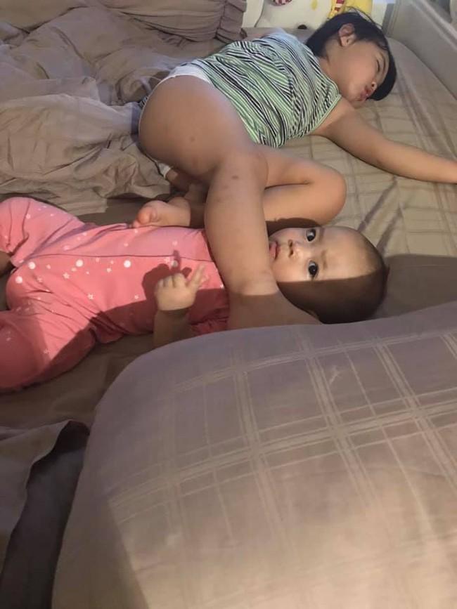 Nhờ con gái 2 tuổi rưỡi trông em trai, vừa vào nhà tắm chui ra, mẹ trẻ hốt hoảng vì cảnh tượng không ngờ - Ảnh 3.