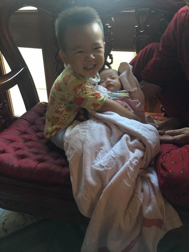 Nhờ con gái 2 tuổi rưỡi trông em trai, vừa vào nhà tắm chui ra, mẹ trẻ hốt hoảng vì cảnh tượng không ngờ - Ảnh 12.