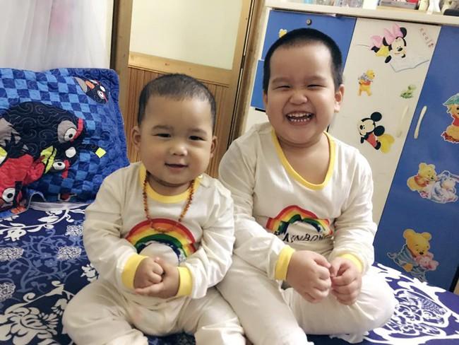 Nhờ con gái 2 tuổi rưỡi trông em trai, vừa vào nhà tắm chui ra, mẹ trẻ hốt hoảng vì cảnh tượng không ngờ - Ảnh 5.