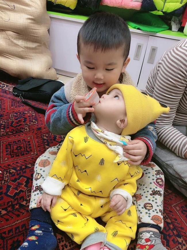Nhờ con gái 2 tuổi rưỡi trông em trai, vừa vào nhà tắm chui ra, mẹ trẻ hốt hoảng vì cảnh tượng không ngờ - Ảnh 13.