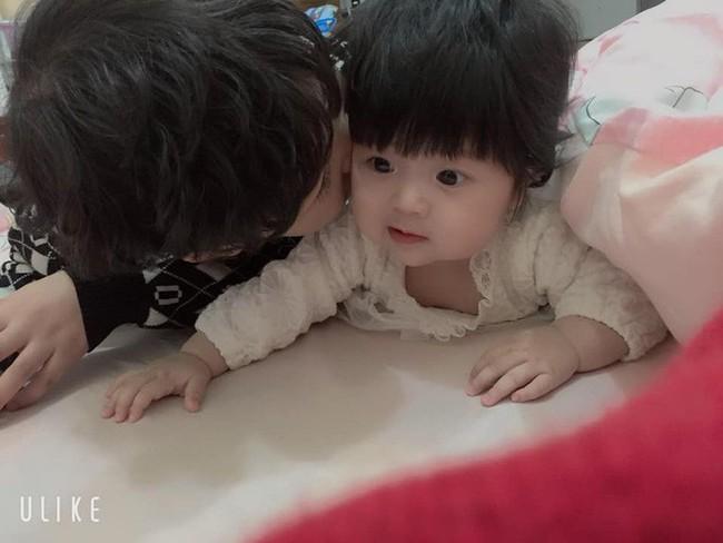 Nhờ con gái 2 tuổi rưỡi trông em trai, vừa vào nhà tắm chui ra, mẹ trẻ hốt hoảng vì cảnh tượng không ngờ - Ảnh 14.