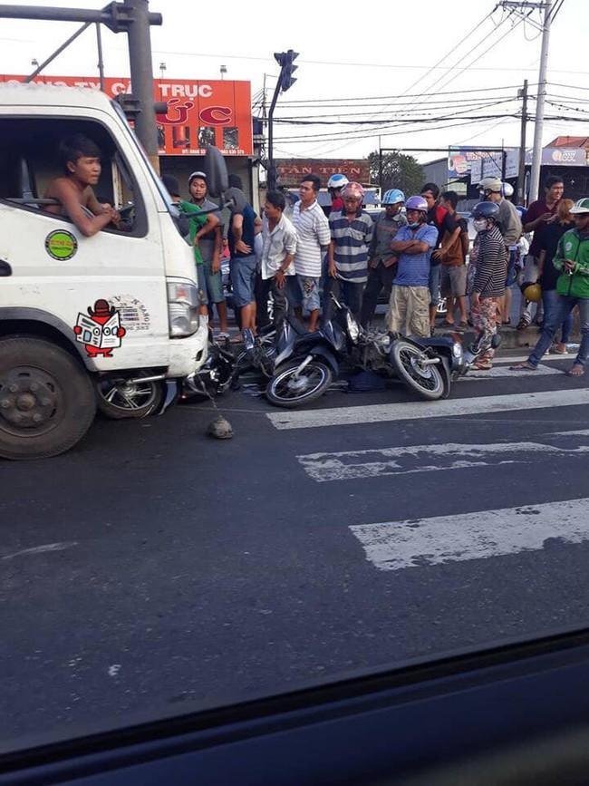 Hiện trường vụ xe tải tông hàng loạt xe máy dừng đèn đỏ giữa giao lộ Sài Gòn khiến nhiều người hoảng sợ - Ảnh 2.