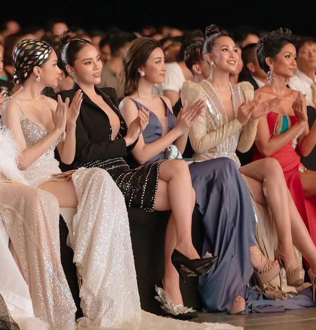 Cử chỉ tình bể tình Hoa hậu Tiểu Vy dành cho Đỗ Mỹ Linh ngay trên sóng truyền hình trực tiếp gây bão MXH - Ảnh 3.
