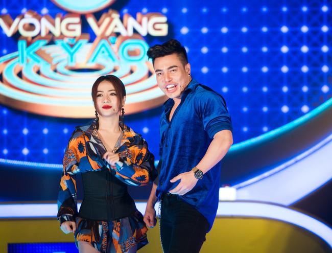 """Hồ Bích Trâm tay nắm chặt tay """"người yêu"""" Hà Trí Quang trên sóng truyền hình - Ảnh 7."""