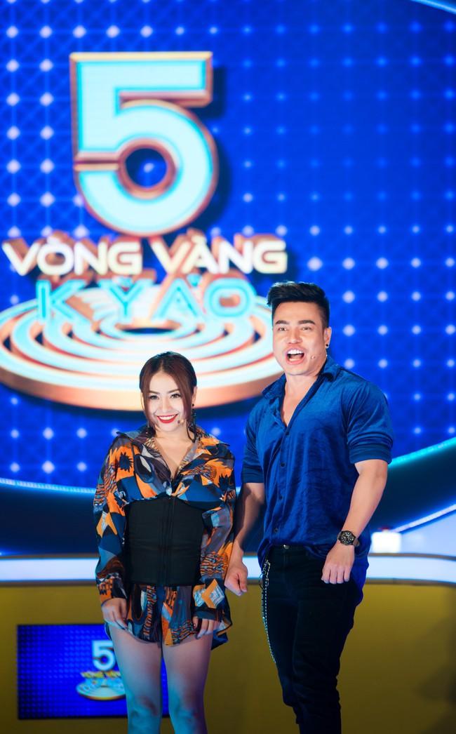 """Hồ Bích Trâm tay nắm chặt tay """"người yêu"""" Hà Trí Quang trên sóng truyền hình - Ảnh 8."""