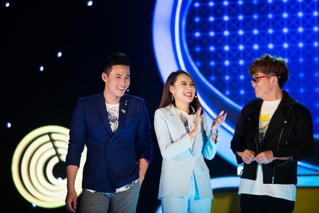 """Hồ Bích Trâm tay nắm chặt tay """"người yêu"""" Hà Trí Quang trên sóng truyền hình - Ảnh 3."""