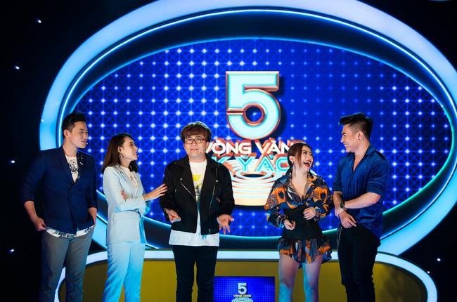 """Hồ Bích Trâm tay nắm chặt tay """"người yêu"""" Hà Trí Quang trên sóng truyền hình - Ảnh 4."""