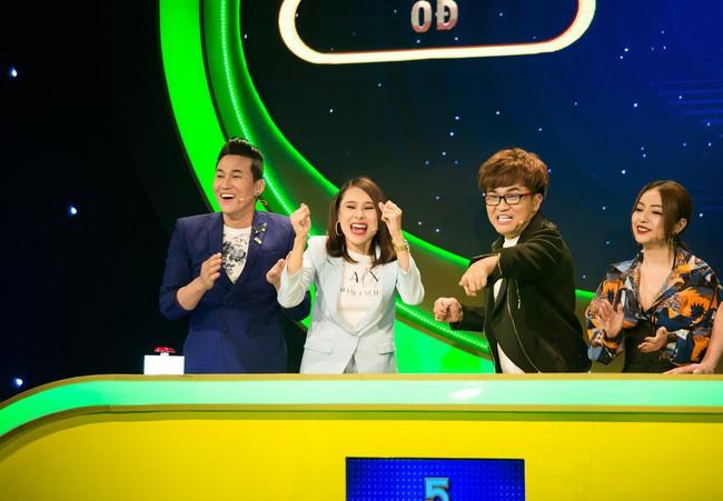 """Hồ Bích Trâm tay nắm chặt tay """"người yêu"""" Hà Trí Quang trên sóng truyền hình - Ảnh 6."""