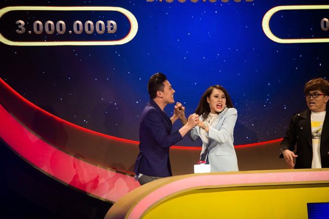"""Hồ Bích Trâm tay nắm chặt tay """"người yêu"""" Hà Trí Quang trên sóng truyền hình - Ảnh 1."""