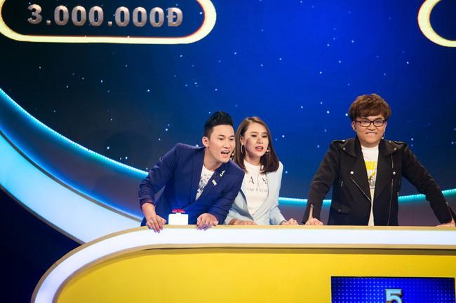 """Hồ Bích Trâm tay nắm chặt tay """"người yêu"""" Hà Trí Quang trên sóng truyền hình - Ảnh 2."""