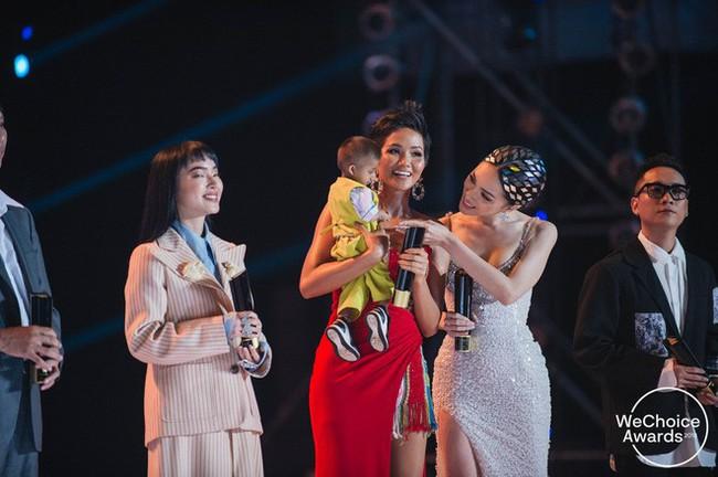 Khoảnh khắc gây xúc động mạnh tại WeChoice Awards 2018: Hoa hậu HHen Niê và Hương Giang trìu mến bế bé Đinh Văn KRể - Ảnh 2.