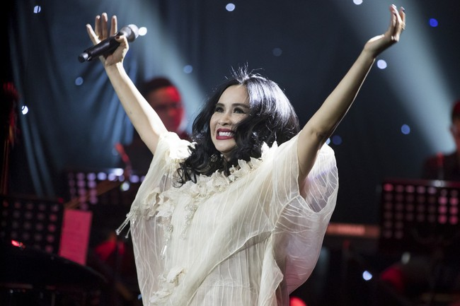 Sau đổ vỡ hôn nhân, Hồng Nhung vẫn đẹp nồng nàn và hát tình ca say đắm thế này - Ảnh 10.