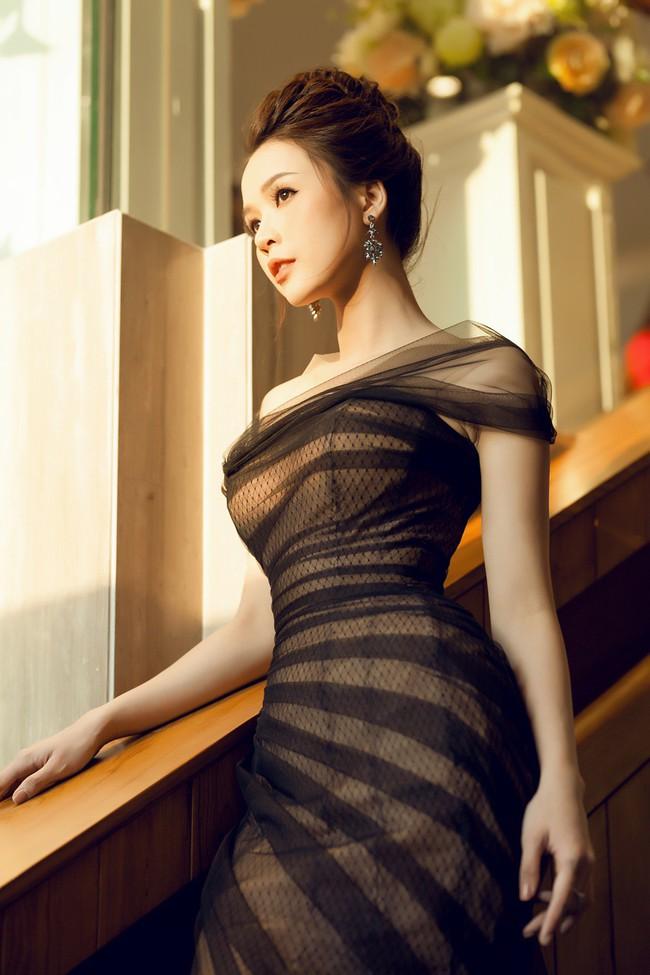 Sam diện váy xuyên thấu gợi cảm, tất bật ghi hình ở nước ngoài ngày đầu năm - Ảnh 3.
