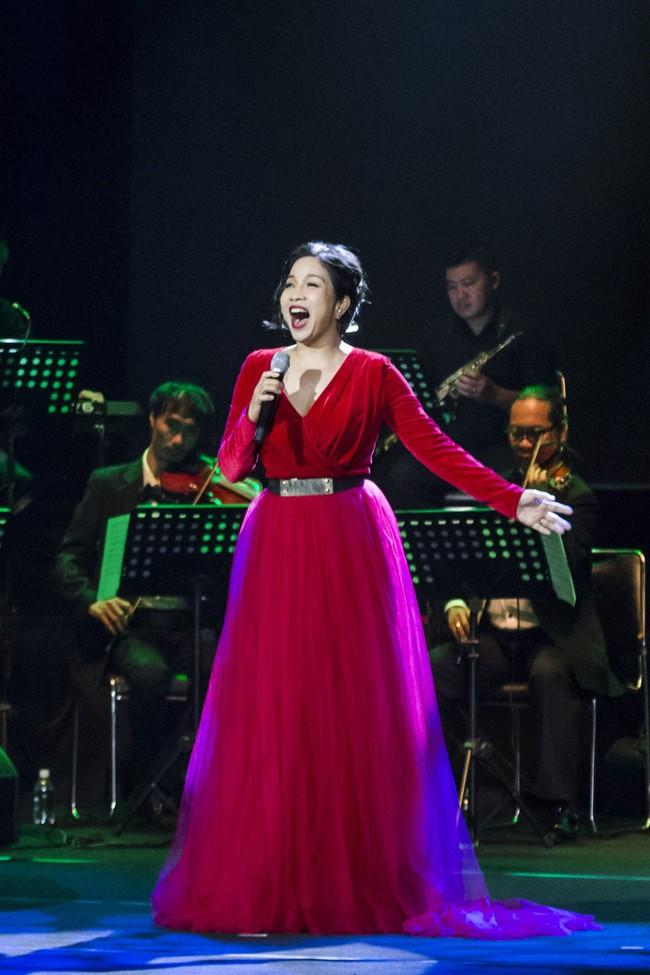 Sau đổ vỡ hôn nhân, Hồng Nhung vẫn đẹp nồng nàn và hát tình ca say đắm thế này - Ảnh 6.