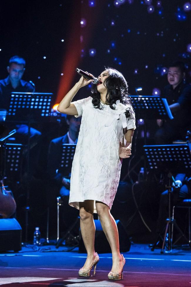 Sau đổ vỡ hôn nhân, Hồng Nhung vẫn đẹp nồng nàn và hát tình ca say đắm thế này - Ảnh 7.
