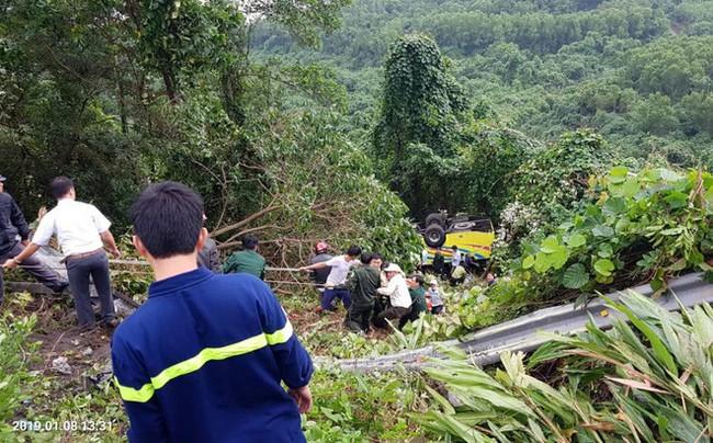 Xe chở sinh viên và giáo viên lao xuống vực ở đèo Hải Vân khiến hàng chục người bị thương - Ảnh 1.