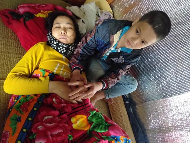Xúc động bé trai 9 tuổi quỳ gối cầu xin cộng đồng giúp đỡ người mẹ bị suy thận giai đoạn cuối không tiền chữa trị - Ảnh 1.