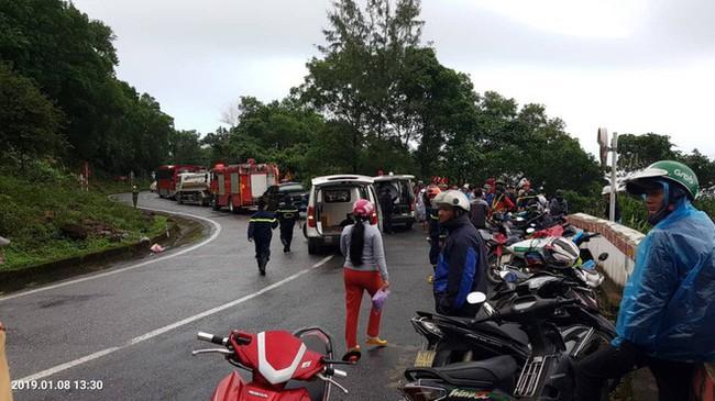Xe chở sinh viên và giáo viên lao xuống vực ở đèo Hải Vân khiến hàng chục người bị thương - Ảnh 2.
