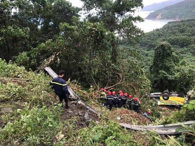 Xe chở sinh viên và giáo viên lao xuống vực ở đèo Hải Vân khiến hàng chục người bị thương - Ảnh 3.