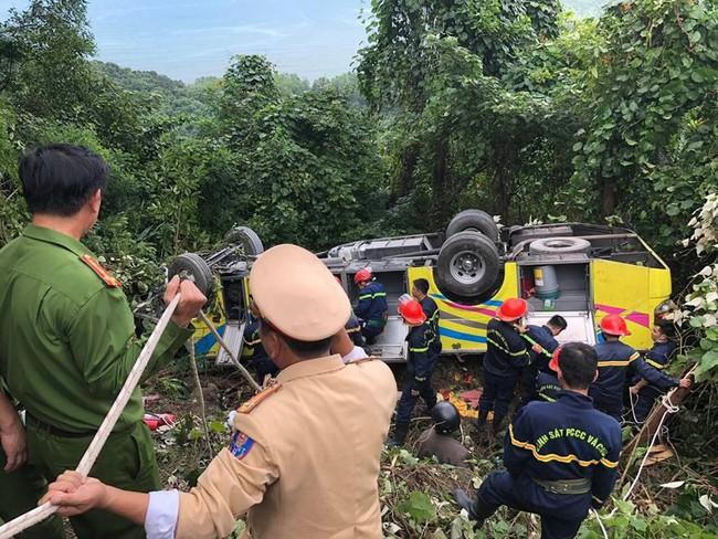 Xe chở sinh viên và giáo viên lao xuống vực ở đèo Hải Vân khiến hàng chục người bị thương - Ảnh 6.