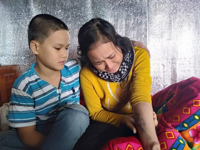 Xúc động bé trai 9 tuổi quỳ gối cầu xin cộng đồng giúp đỡ người mẹ bị suy thận giai đoạn cuối không tiền chữa trị - Ảnh 7.