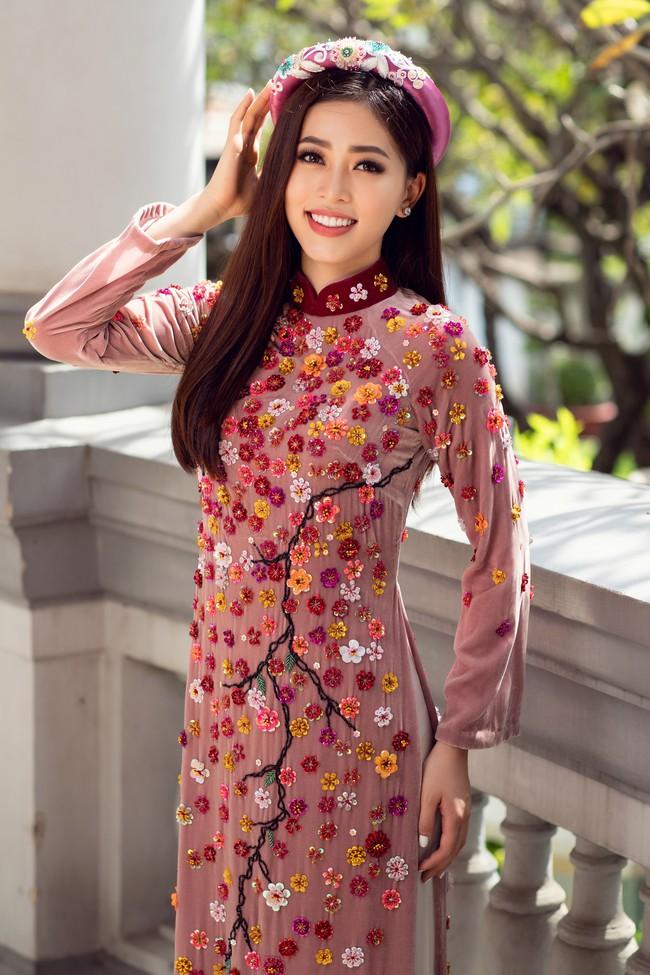 Hoa hậu Tiểu Vy, Á hậu Phương Nga, Thúy An khoe nhan sắc rực rỡ trong tà áo dài Tết - Ảnh 11.
