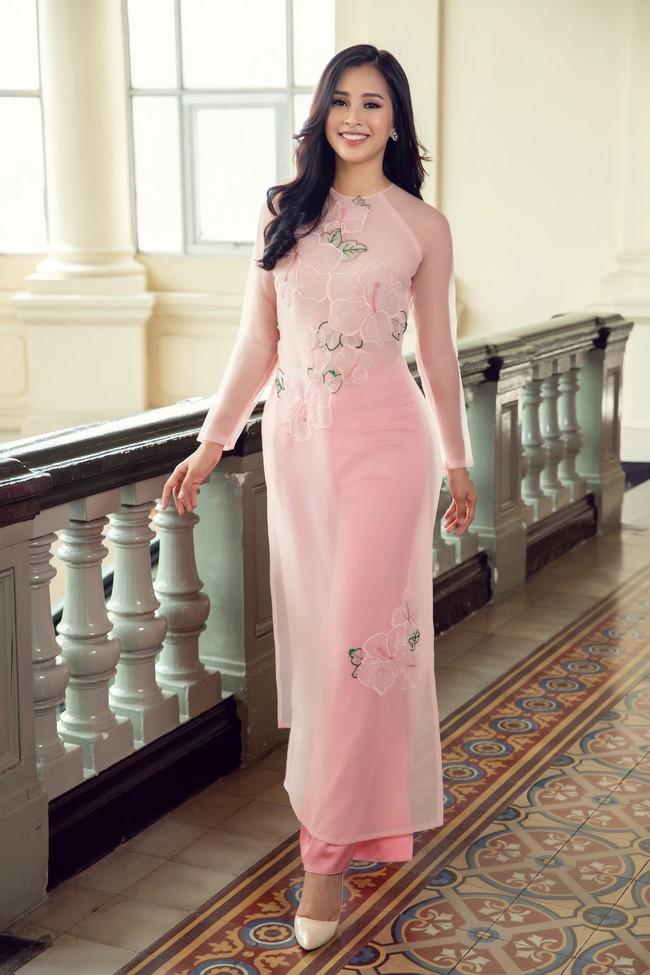 Hoa hậu Tiểu Vy, Á hậu Phương Nga, Thúy An khoe nhan sắc rực rỡ trong tà áo dài Tết - Ảnh 9.