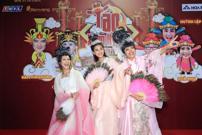 Hoa hậu Tiểu Vy gây bất ngờ khi xuất hiện trong Táo quân miền Nam - Ảnh 3.