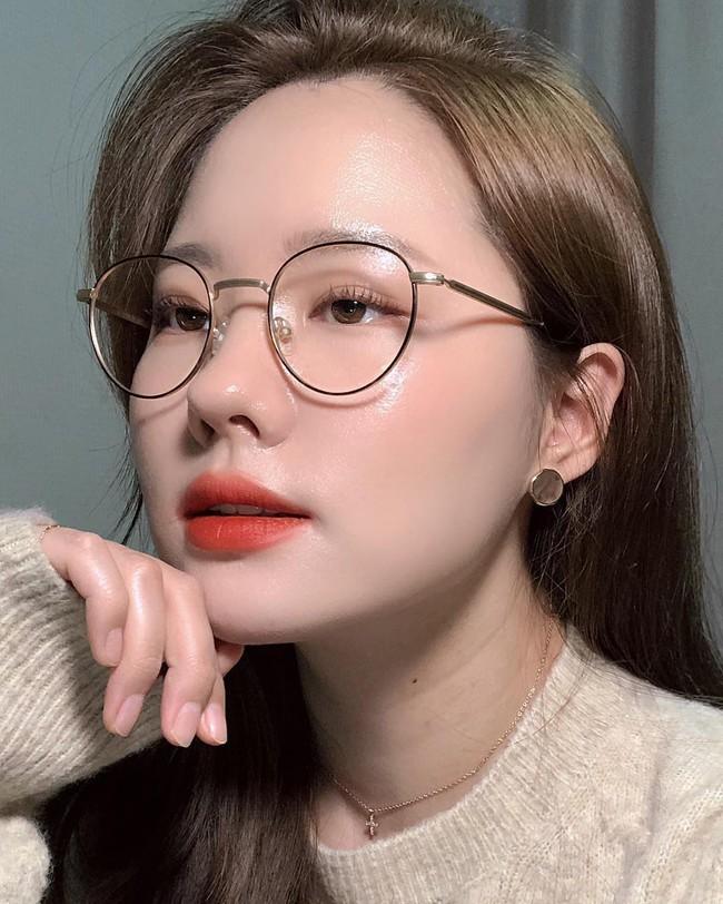 Nữ idol này chỉ dùng Vaseline để dưỡng da glass skin nhưng liệu bạn có nên bắt chước cô ấy? - Ảnh 1.