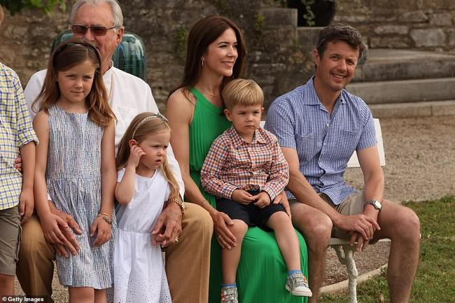 Hai bé sinh đôi Hoàng gia Đan Mạch gây sốt với vẻ đẹp lung linh khiến George và Charlotte nước Anh cũng bị lu mờ - Ảnh 3.