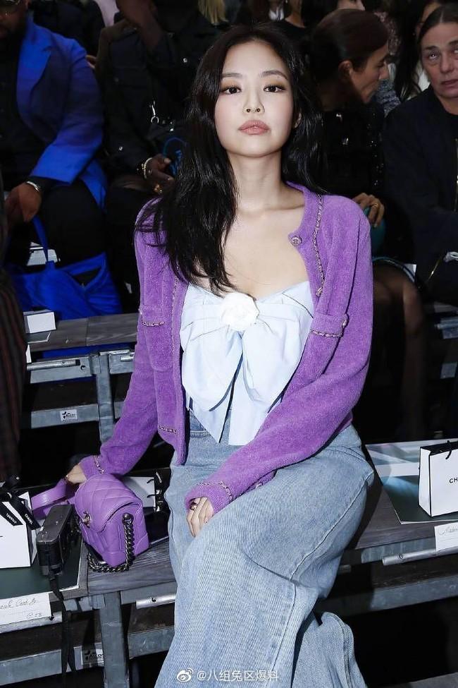 """Jennie (Black Pink) gây shock vì quá """"quê mùa"""" với bộ cánh tím lịm, lấp ló vòng 1 bốc lửa tại Paris Fashion Week - Ảnh 1."""