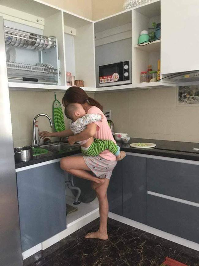 Chê vợ ở nhà chăm con nhỏ ''lười chảy thây'' ông chồng bị mẹ bỉm sữa dạy cho một bài học khiến cả nghìn chị em phụ nữ hả hê. - Ảnh 1.