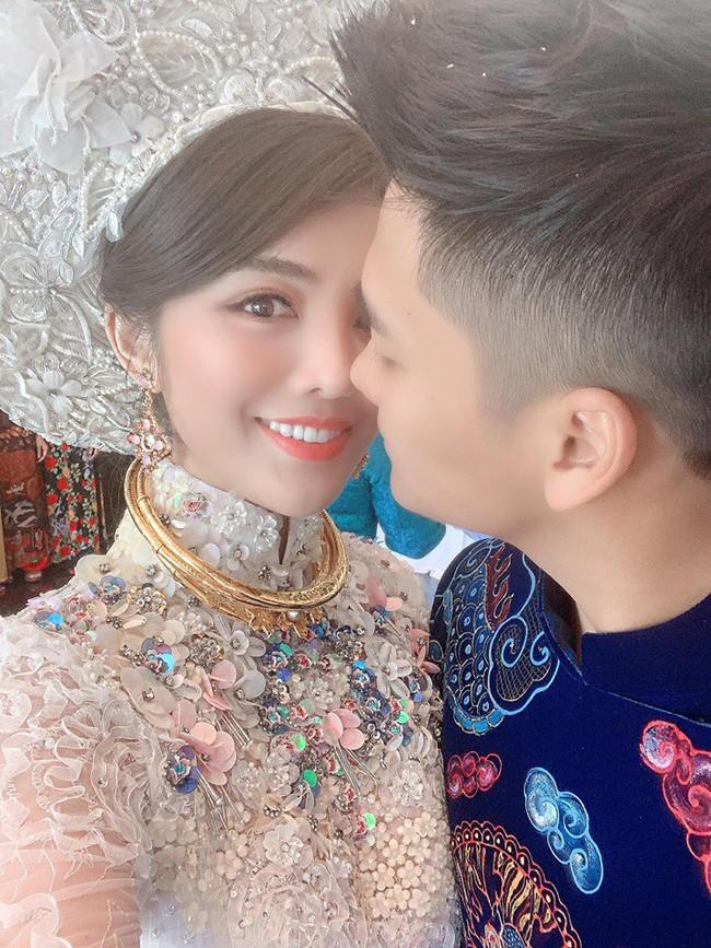 Choáng trước ngày ăn hỏi của Rich kid Hà Nội: Cô dâu vàng đeo đầy người, hoa tươi tràn ngập, đáng chú ý nhất là lời tiết lộ về xuất xứ của hoa trong buổi lễ - Ảnh 3.