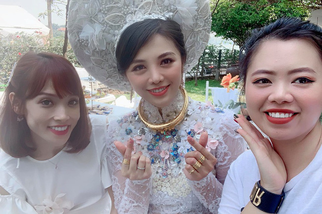 Choáng trước ngày ăn hỏi của Rich kid Hà Nội: Cô dâu vàng đeo đầy người, hoa tươi tràn ngập, đáng chú ý nhất là lời tiết lộ về xuất xứ của hoa trong buổi lễ - Ảnh 4.