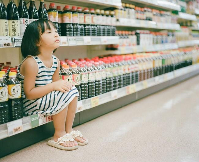 """Cô bé ăn nho trong siêu thị bị nhân viên lớn tiếng mắng """"không có giáo dục"""", người mẹ đưa ra cách giải quyết đáng ngưỡng mộ - Ảnh 2."""