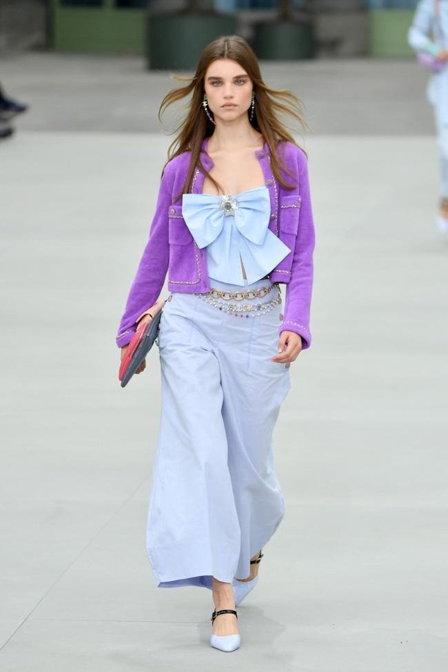 """Jennie (Black Pink) gây shock vì quá """"quê mùa"""" với bộ cánh tím rịn, lấp ló vòng 1 bốc lửa tại Paris Fashion Week - Ảnh 6."""